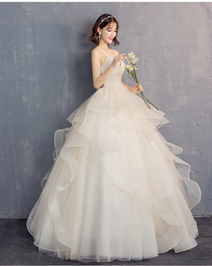 The bride married with a strapless suspender V - necked unkempt skirt in autumn and winter s white